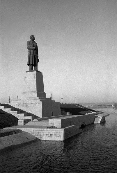 Памятник_Сталину._Сталинград,_набережная_Волго-Донского_канала