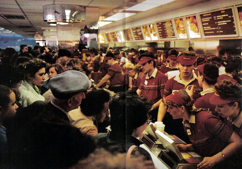 0_b18b0_489c7af4_XLВ ресторане обслуживается 50 тысяч посетителей ежедневно, и работающие там молодые люди гордятся тем, что у них лучшая работа во всем ССС