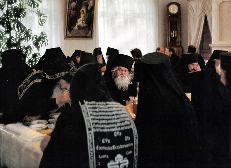 0_b18b6_42b78ea6_XLСвященники в Псково-Печерском монастыре
