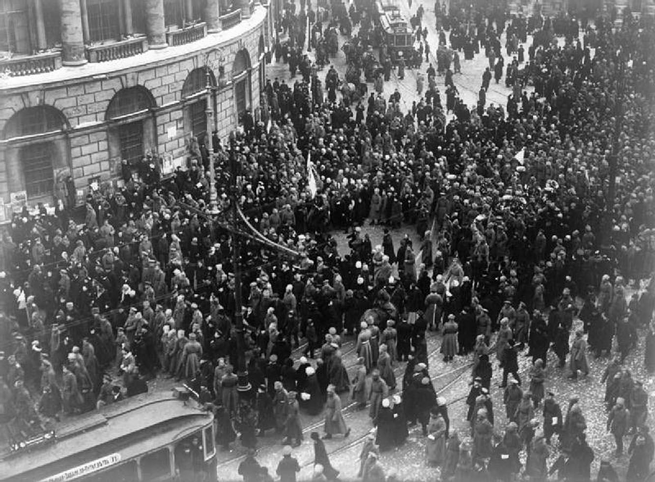 3Демонстрация в Петербурге в первые дни переворота