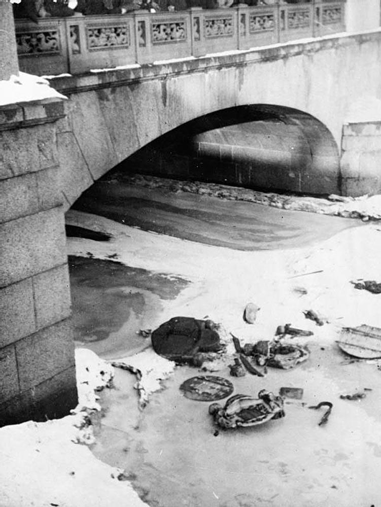 5Царские эмблемы, выброшенные на лед Фонтанки, Петроград, 13 марта 1917 года