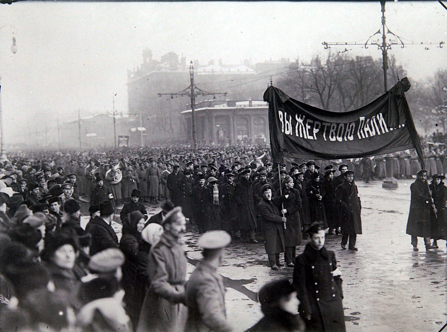 17Траурная процессия во время похорон жертв Февральской революции на одной из улиц города