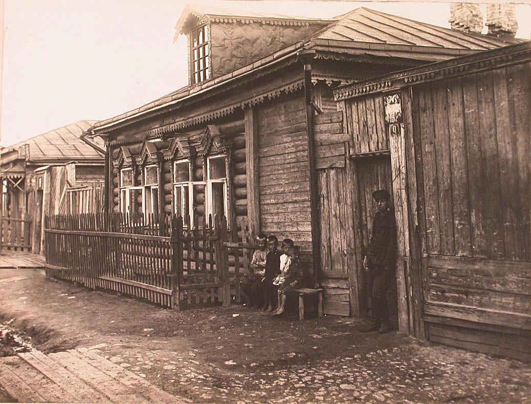 7Мужчина и дети у входа в дом Яковлева на одной из улиц