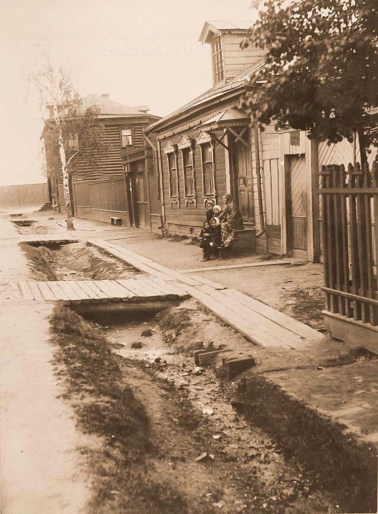 13Местные жители у входа в дом Пиркова А.П. на 2-м проезде за линией железной дороги