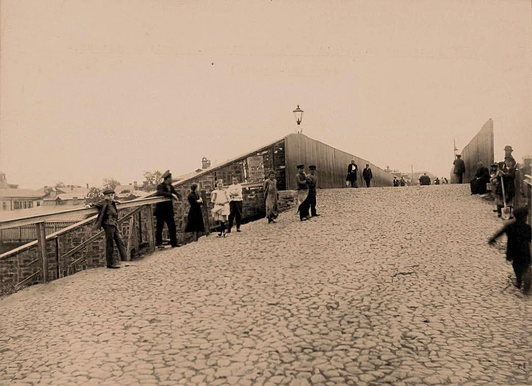 18Местные жители на мосту через Николаевскую железную дорогу, направление от Виндавы