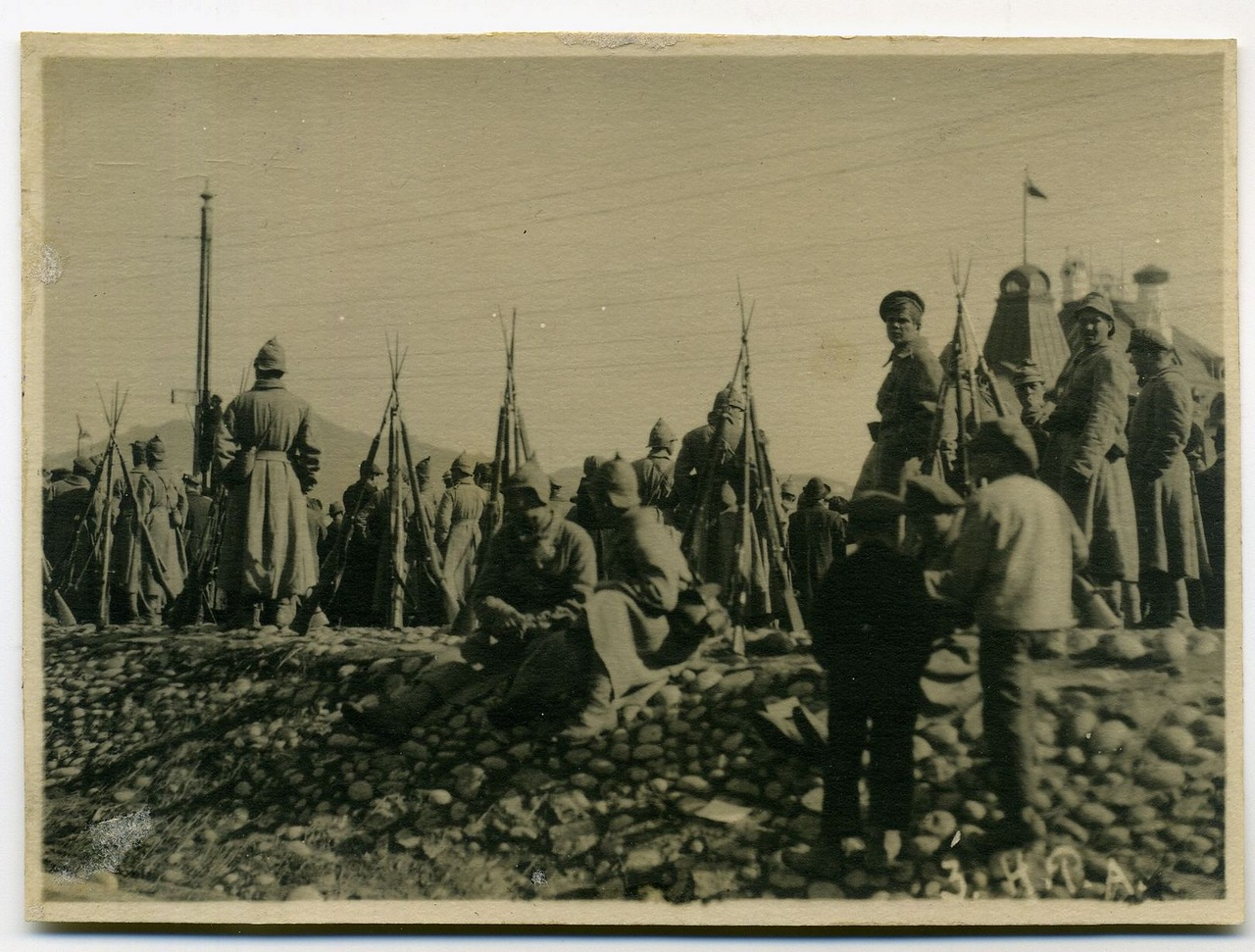 Красноармейцы Народно-революционной армии у жд вокзала г.Владивостока.