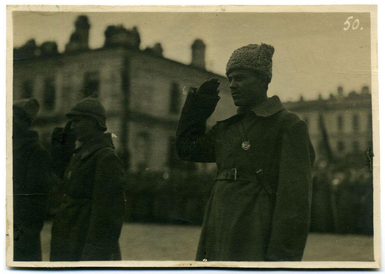 Группа из 3-х человек  награждаемых  орденами Боевого Красного Знамени
