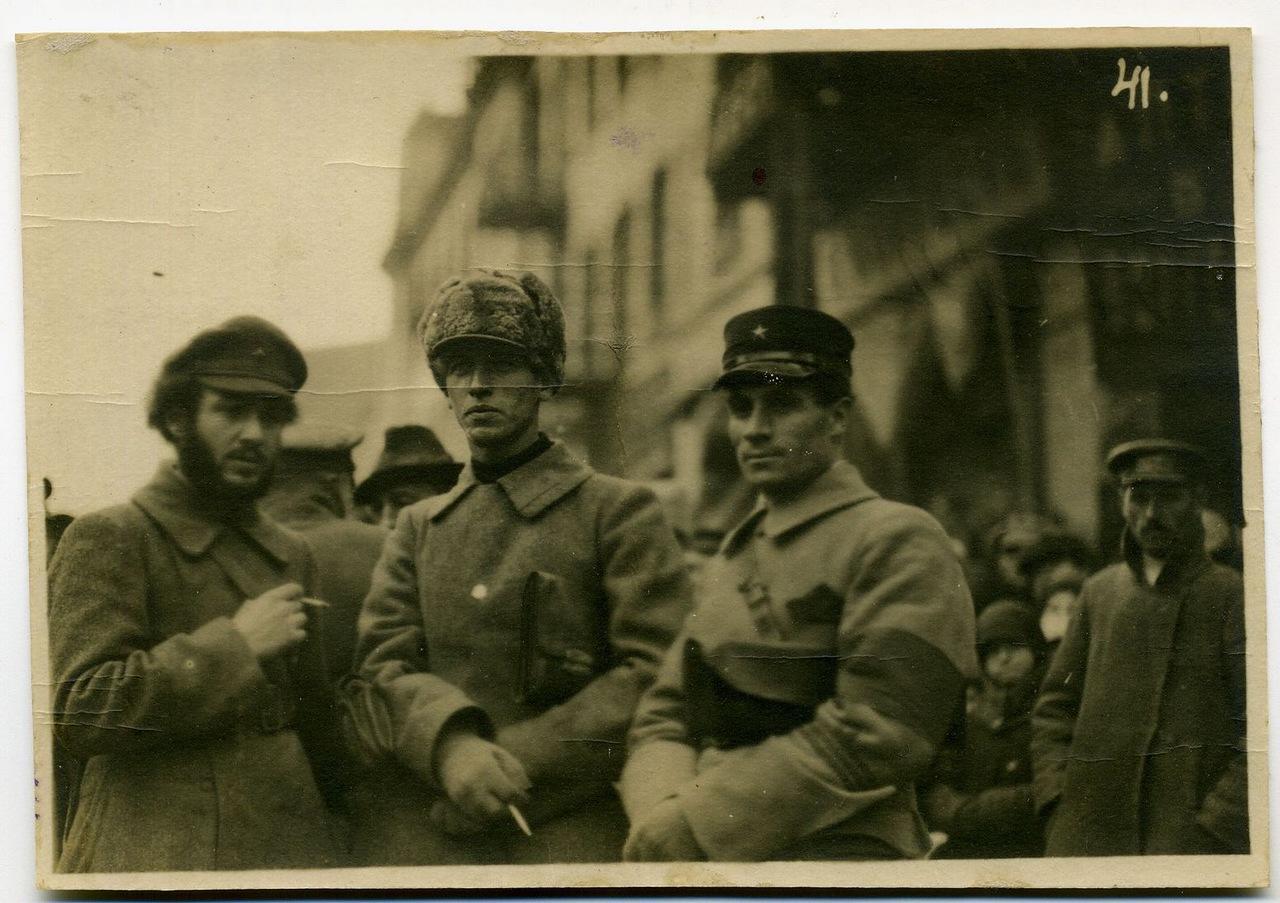 В центре командующий партизанскими отрядами Приморья Вольский М.П.