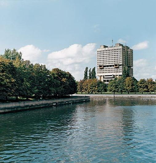 Антропоморфный Дом Советов в Калининграде, построенный на месте кенигсбергского Саксонского замка. Строительство, начатое в 1974 году, так и не было закончено из-за трещин в конструкции и развала СССР.