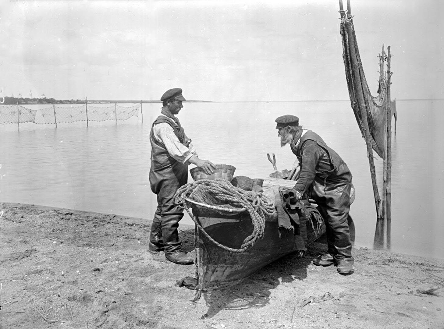 86Осташковские рыболовы. 1903 г. г. Осташков, Тверская губерния