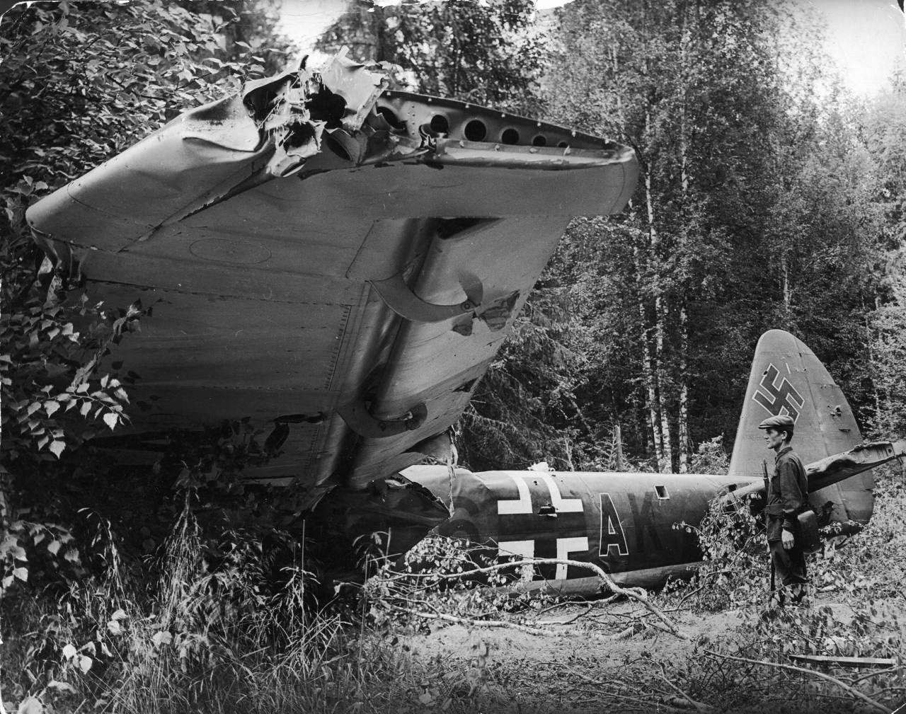 62Сбитый вражеский самолёт.