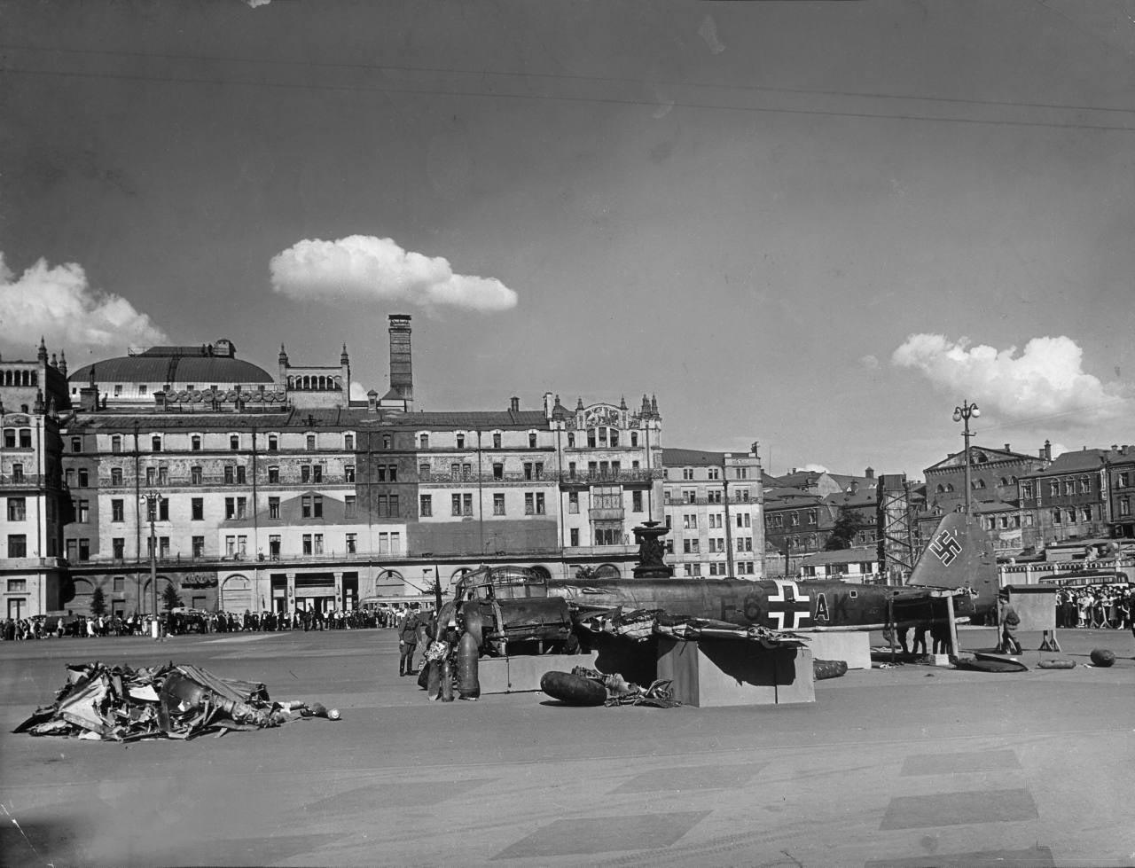 66Сбитый вражеский самолёт выставлен для осмотра возле гостинницы Метрополь.