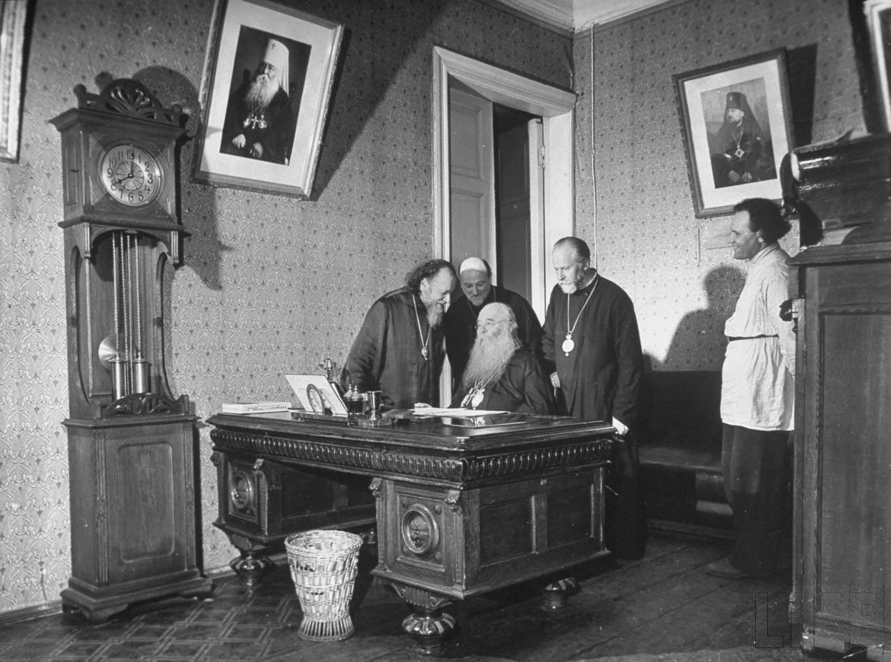 73Православный Патриарх Сергий и руководители Русской Православной церкви.