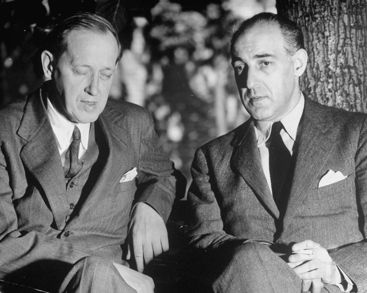 81Гарри Хопкинс и Лоуренс Стейнхардт сидят в саду посольства США.