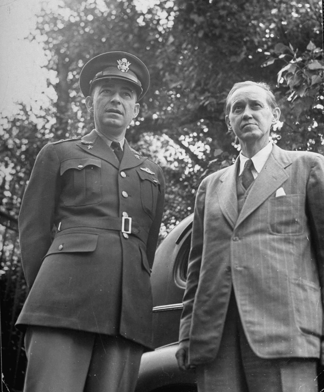 83Гарри Хопкинс и генерал Джозеф McNarney.
