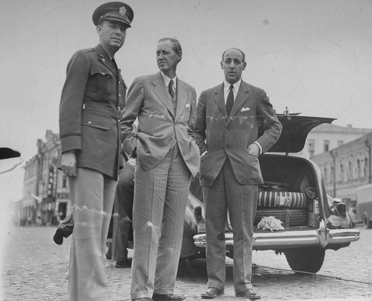 84Гарри Хопкинс, Лоуренс Стейнхардт и Генерал Жозеф McNarney.
