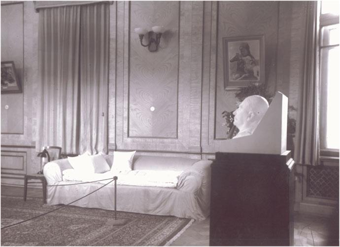 124Большой зал. Диван-софа, на котором умер И.В. Сталин,