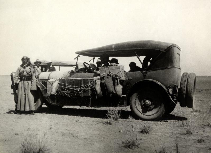 Археологи в сопровождении полицейских, Сирия, 1930.