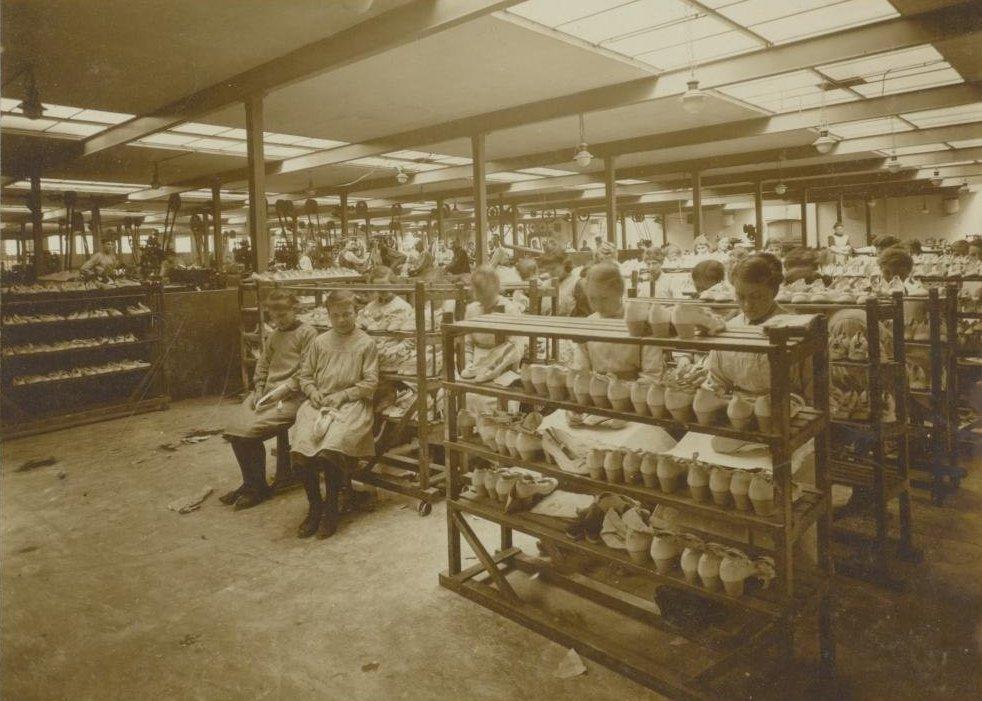 Девочки в Тилбурге на обувной фабрике, 1919.