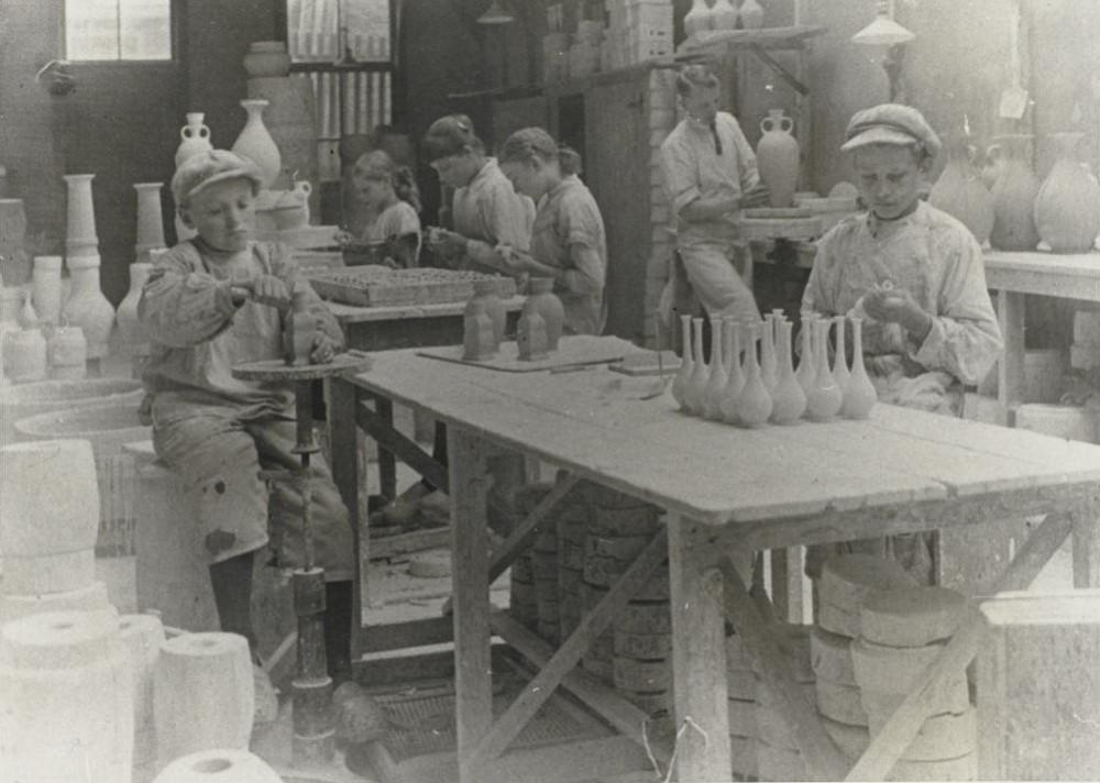 Дети работают в гончарной мастерской, Гауда, 1913.