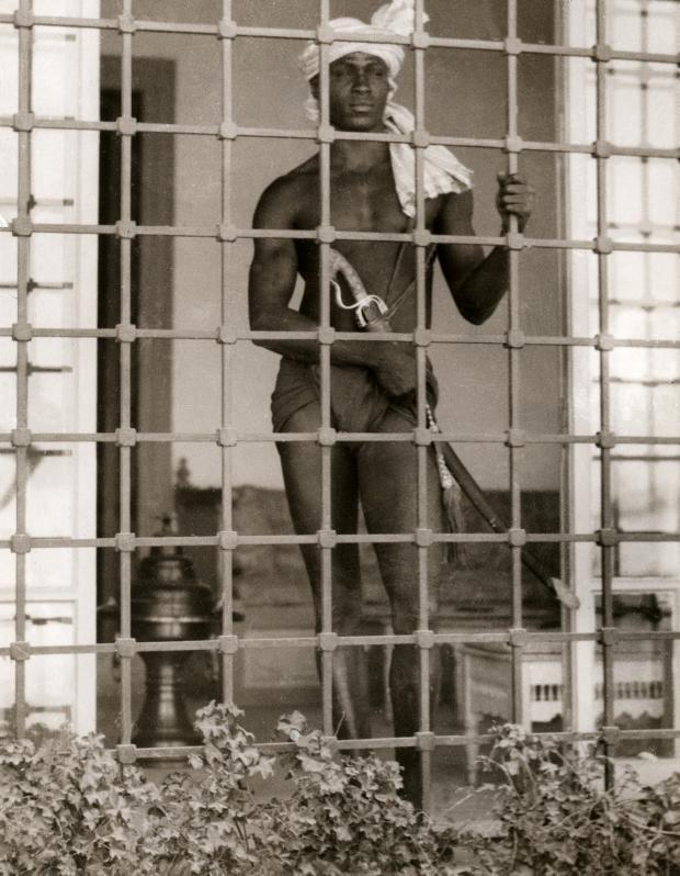Евнух охраняет гарем, Тунис, 1931.