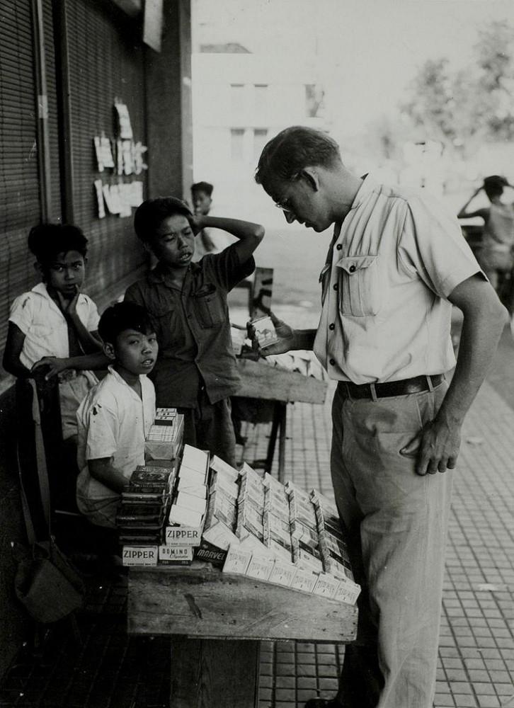 Индонезийские мальчишки продают сигареты, Джакарта, 1947.