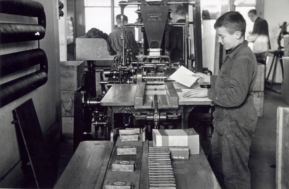 Мальчик на табачной фабрике в Зволле, 1941.
