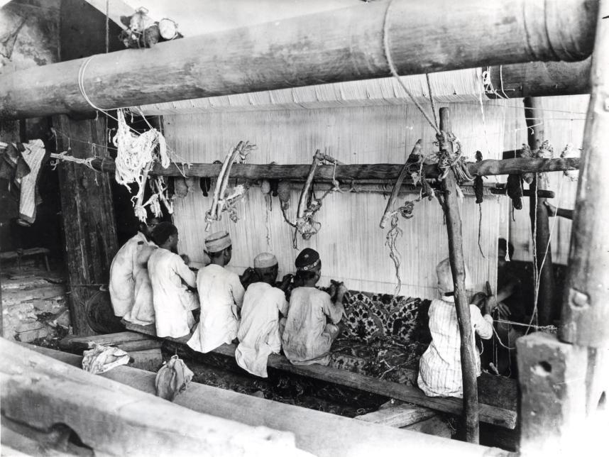 Мальчики ткут ковер в Джайпуре, Индия, 1934.