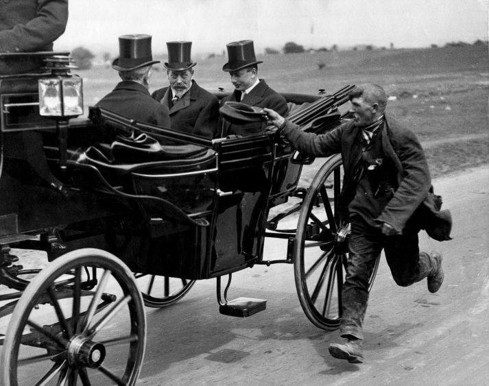 Нищий догоняет карету короля Великобритании Георга V, Лондон, 1920.