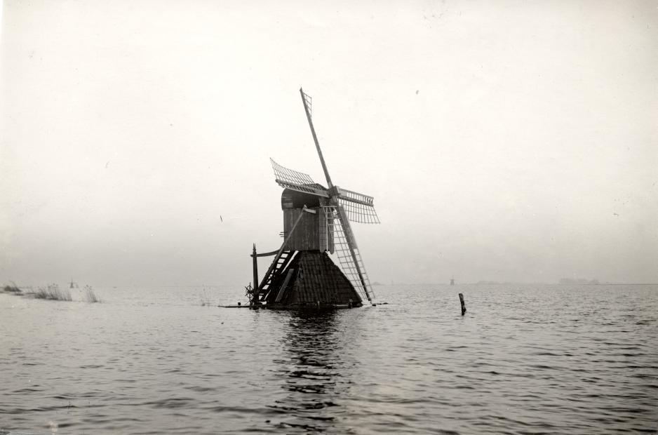 Подтопленная ветряная мельница во время наводнения, Гроув, Нидерланды, 1928.
