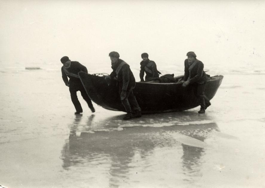 Почтальоны пытаются добраться до острова Урк, Нидерланды, 1924.