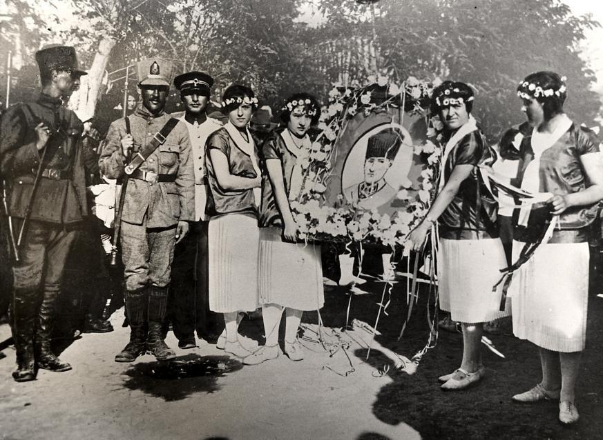 Турецкие девушки празднуют освобождение из гаремов, благодаря Кемалю Ататюрку, Стамбул, 1931.
