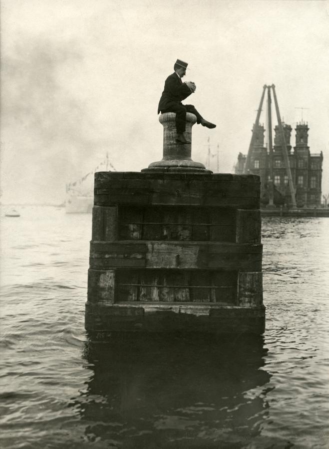 Фоторепортер ждет прибытия французского президента Фальера Армана в порту Амстердама, Нидерланды, 1911.