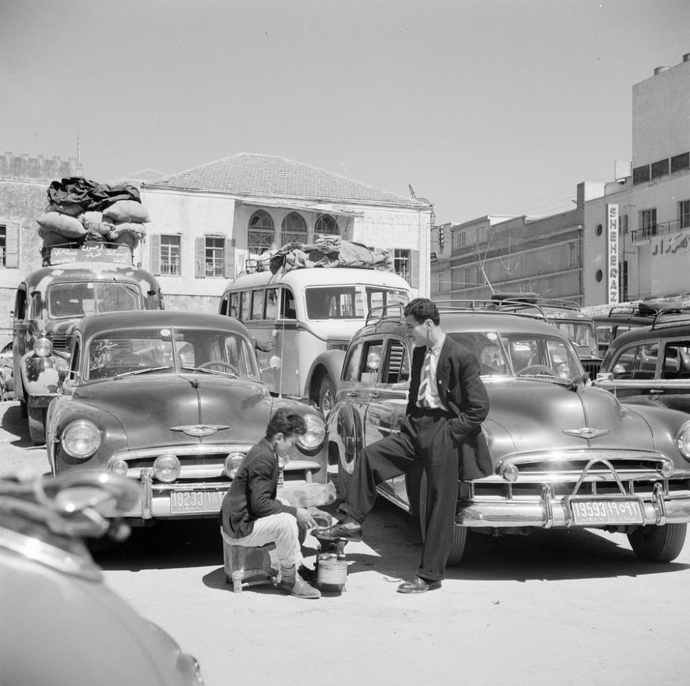 Чистильщик обуви на автовокзале в Бейруте, Ливан, 1950.