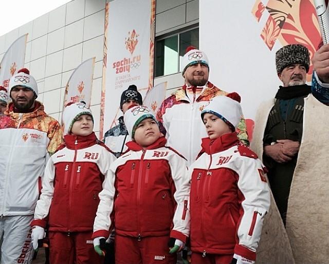 kadyrov_s_synovyami_na_estafete_olimpijskogo_ognya