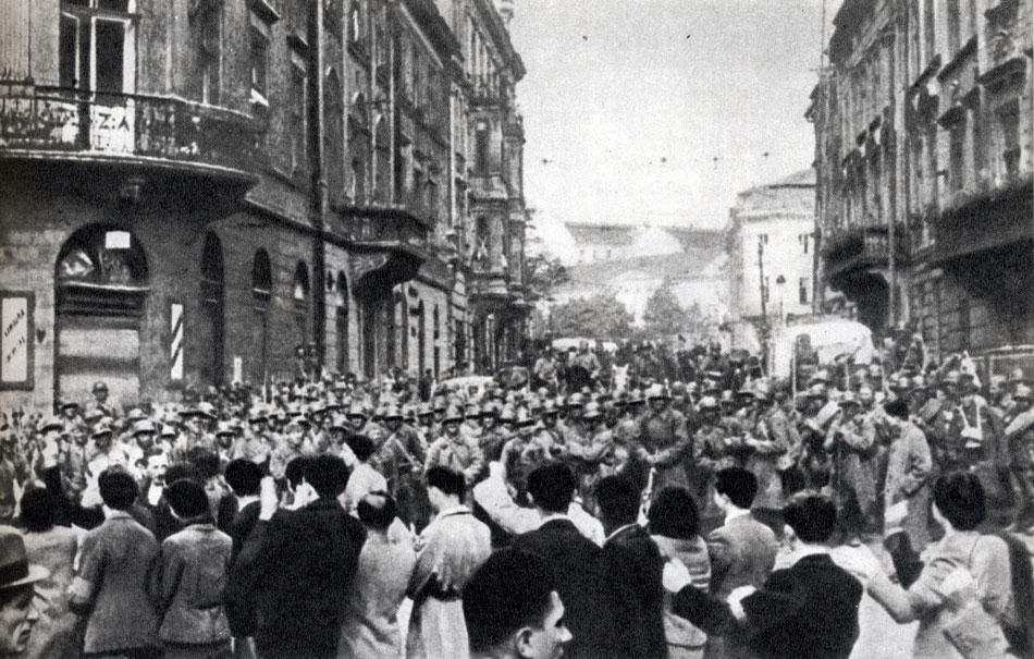 000008Население приветствует Советскую Армию. Львов. Октябрь 1939 г.