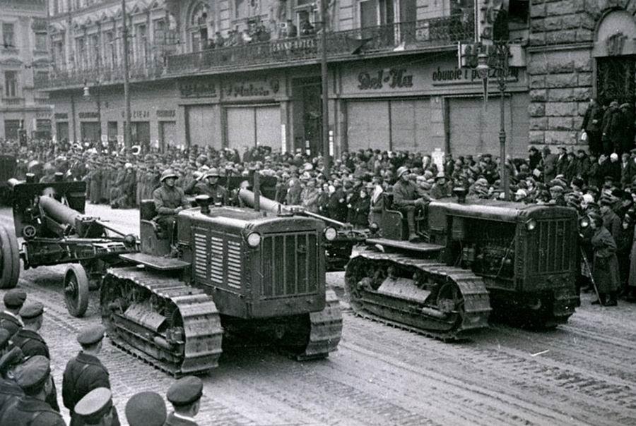 Советская техника проходит по улицам г. Львова после окончания работы Народного собрания Западной Украины.