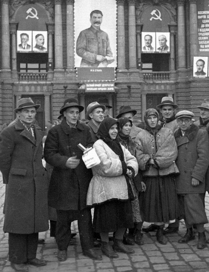 Группа делегатов Народного собрания Западной Украины у городского театра.