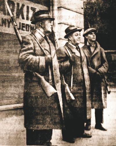 Интеллигенты-милиционеры. Это помогающие Красной армии во Львове некто Стахель, Шаудер и Ян