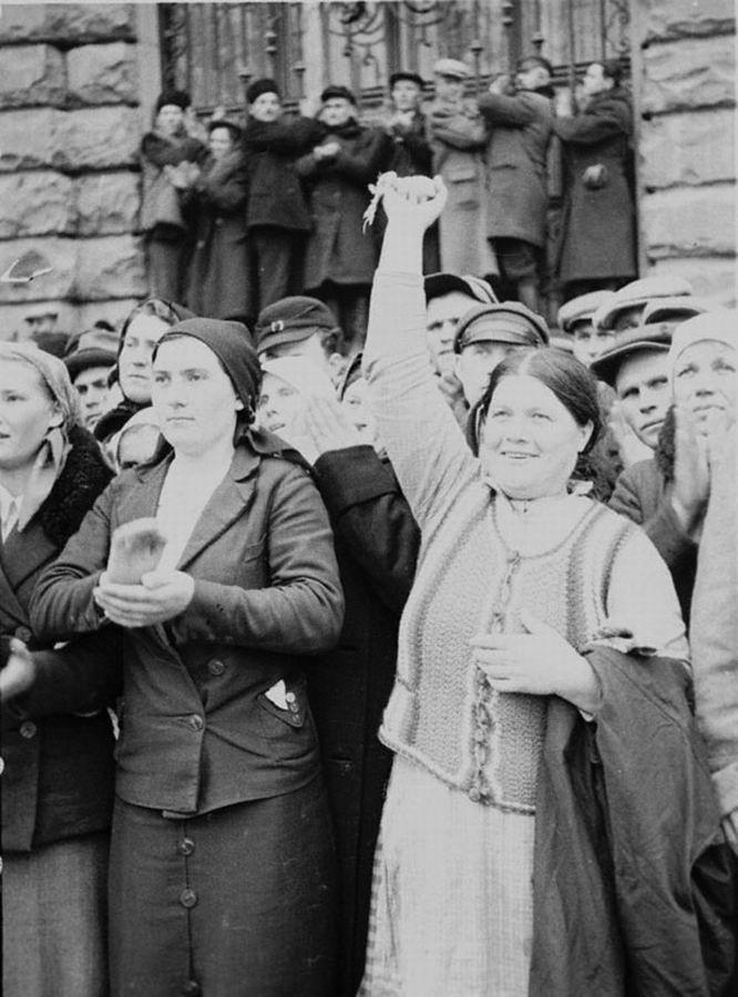 Население г. Львова приветствует войска Красной Армии на параде после окончания работы Народного собрания Западной Украины.