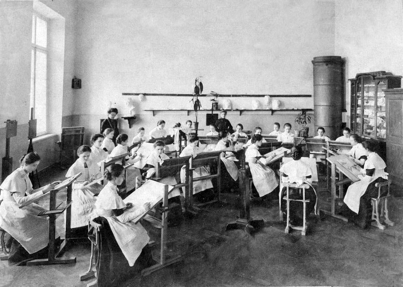 10Смольный институт. Урок рисования.Выпускной альбом института 1889 года.
