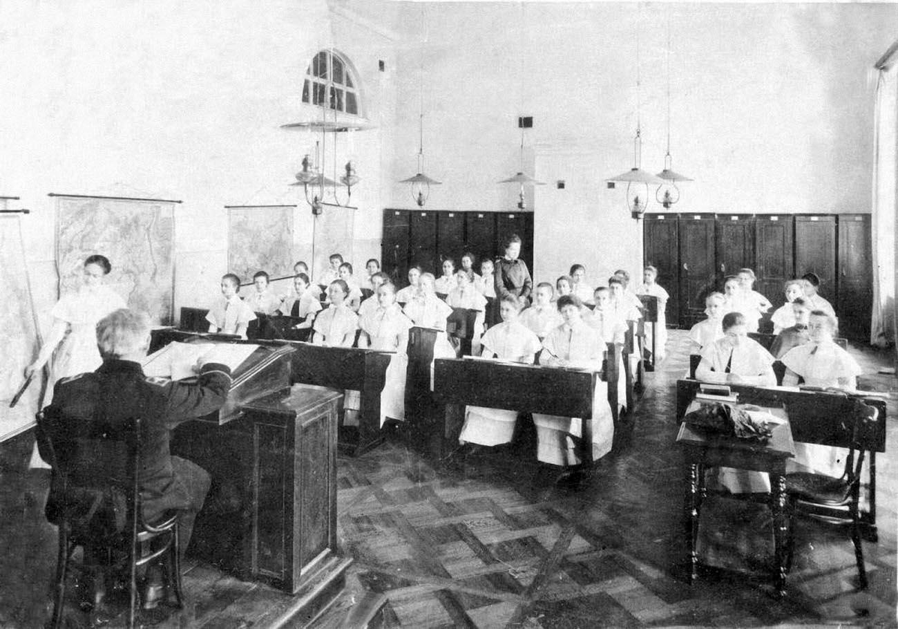 12Смольный институт.Воспитанницы на уроке.