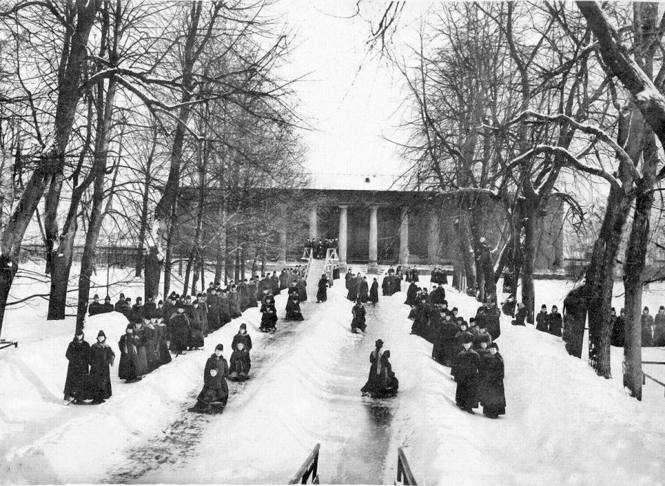 29Смольный институт. Катание с горки .Фото 1889 г.