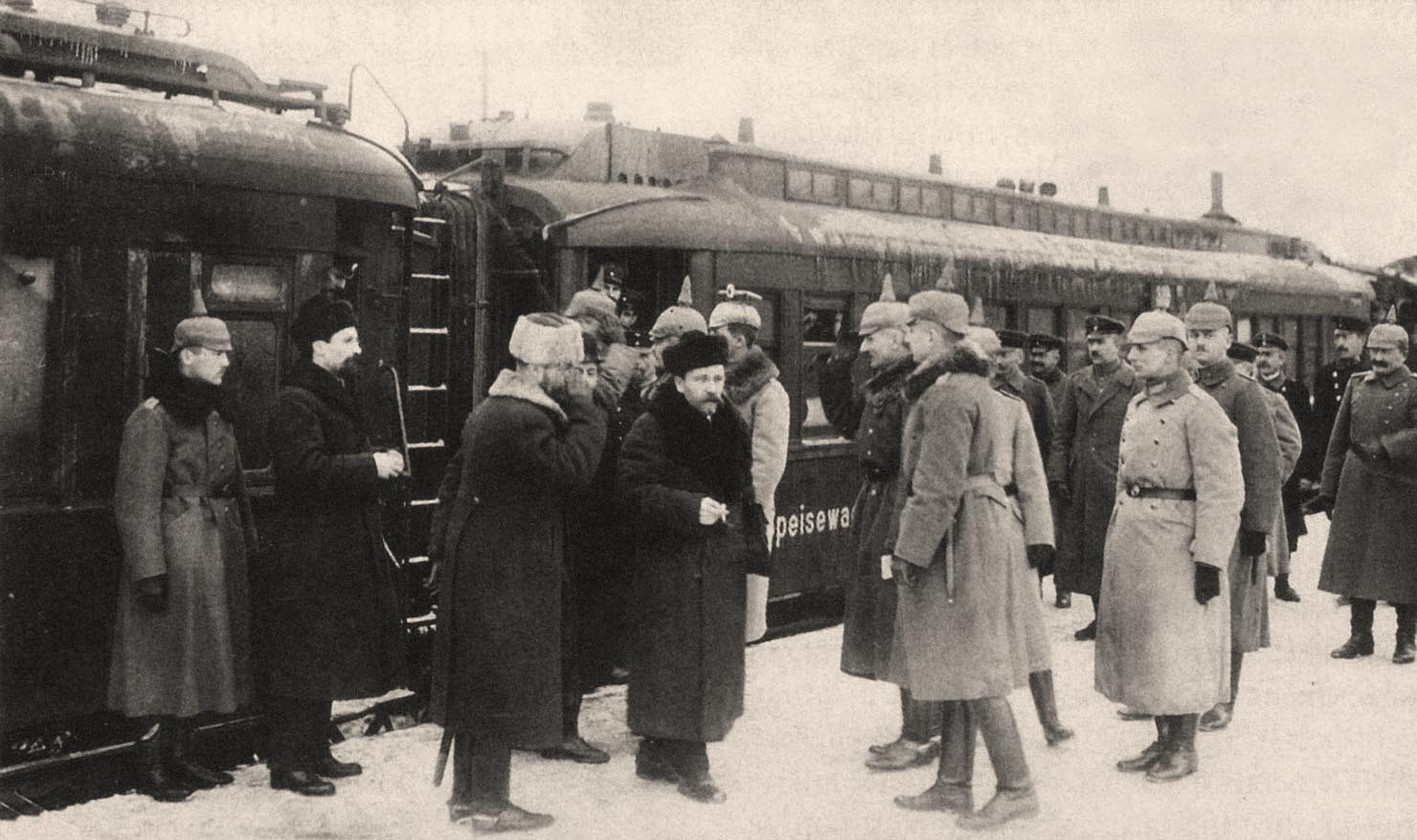 6Офицеры штаба Гинденбурга встречают на перроне Бреста прибывшую делегацию РСФСР в начале 1918 года