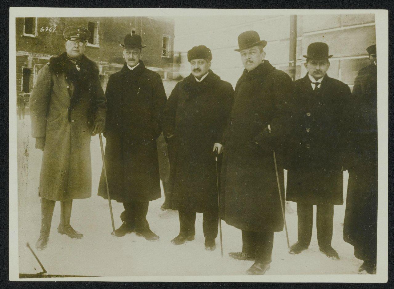 12Немецко-австрийско-турецкие представители на переговорах в Брест-Литовске. Генерал Макс Гофман, Оттокар Чернин фон унд цу Худениц (австро-венгерский министр иностранных дел), Мехмет Талаат-паша (Оттоманская Империя), Рихард