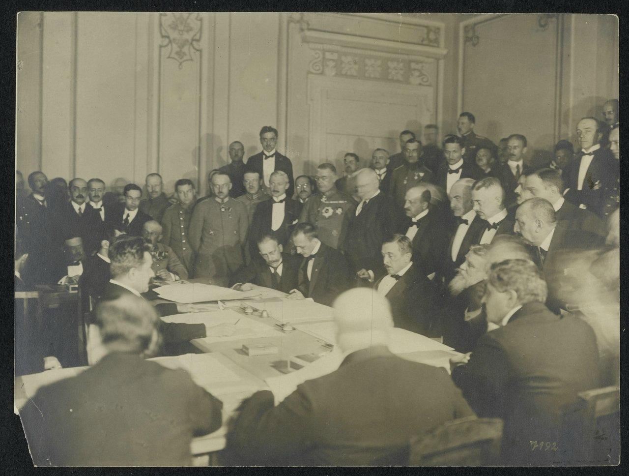 15Подписание мирного договора с Украиной. В середине сидит, слева направо граф Оттокар Чернин фон унд цу Худениц, генерал Макс фон Гофман, Рихард фон Кюльман, премьер-министр В.Родославов, великий визирь Мехмет Талаат-паша