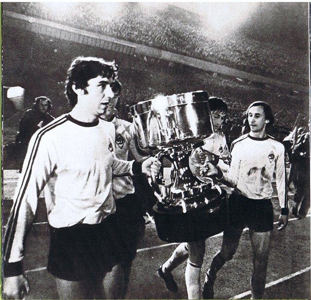 1975-год-Анатолий-Коньков-и-Владимир-Веремеев-несут-Суперкубок-Европы