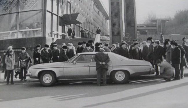 1980-е-годы.-Мужики-рассматривают-иномарку-у-Житнего-рынка-e1391264168320
