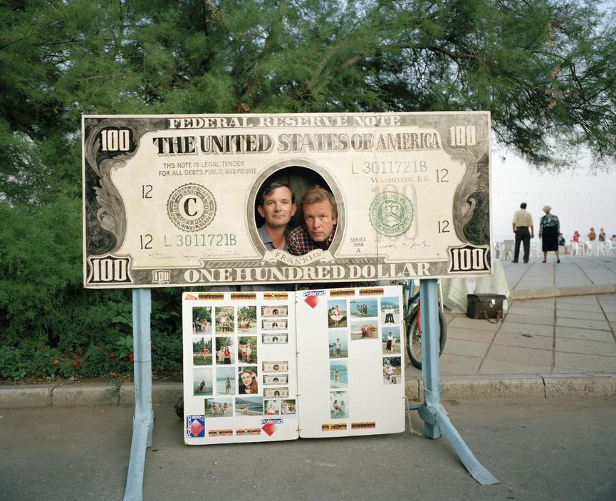 1537229_Мартин Пар фотографируется внутри американского доллара.