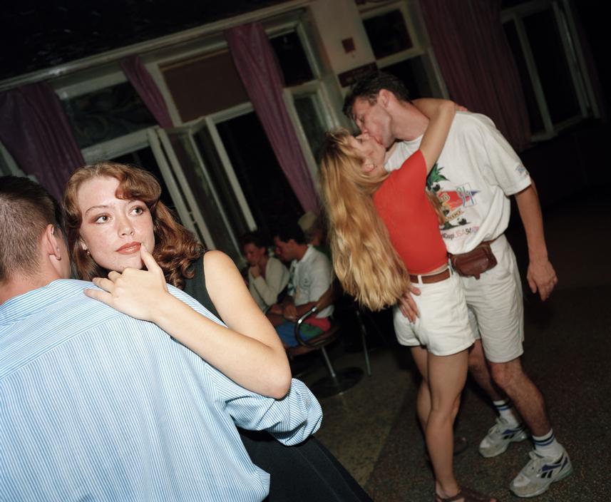 Танцы в ночном клубе.